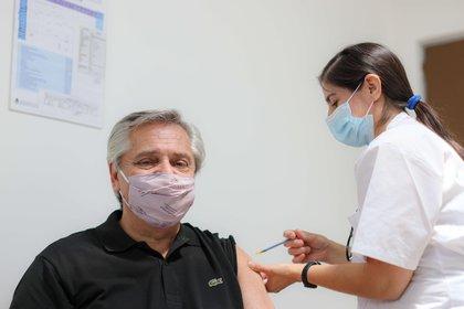El presdiente Alberto Fernández recibiendo la primera dosis de la vacuna Sputnik V. La vacunación masiva es clave para la recuperación de la economía (EFE/Esteban Collazo/Presidencia Argentina)