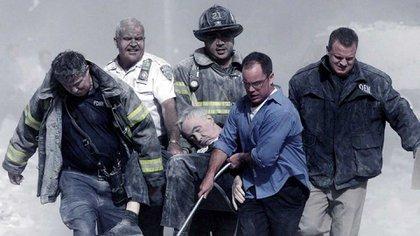 Los bomberos y policías fueron héroes. Cada año se recuerda su trabajo en la Zona Cero del WTC. Salvaron a miles y muchos de ellos murieron cumpliendo su trabajo