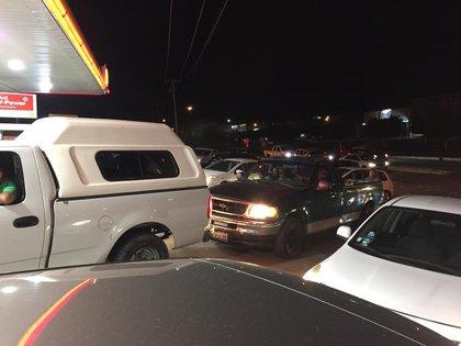 Pobladores de León, Guanajuato, hicieron fila en las gasolineras (Foto: Twitter @elchuyincillo)