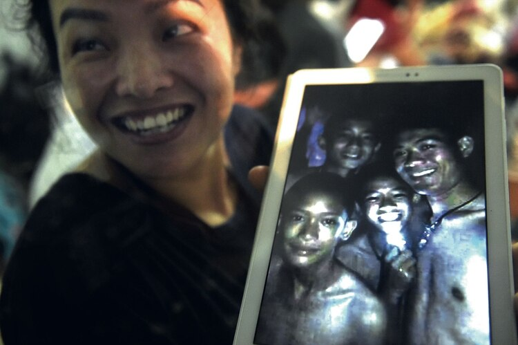 Thanaporn Promthep, una de las madres de los niños (AFP / LILLIAN SUWANRUMPHA)