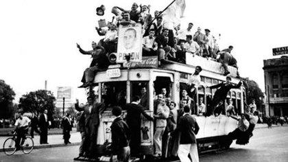 La mañana del 17 los encontró marchando a pie por el camino al bosque platense, junto a los compañeros de Ensenada, unido a Berisso por el puente Roma y por un frente sindical. Iban mujeres con su delantal con sangre del frigorífico. Había jinetes, banderas argentinas y asomaban armas