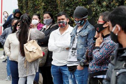 Compradores hacen fila para ingresar a un almacén el pasado 19 de junio del 2020 en Bogotá (Colombia). EFE/Carlos Ortega