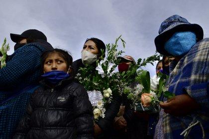 24/08/2020 Un grupo de personas asiste a un funeral celebrado en La Paz, oeste de Bolivia, en memoria de una víctima del nuevo coronavirus. POLITICA SUDAMÉRICA BOLIVIA LATINOAMÉRICA INTERNACIONAL CHRISTIAN LOMBARDI / ZUMA PRESS / CONTACTOPHOTO