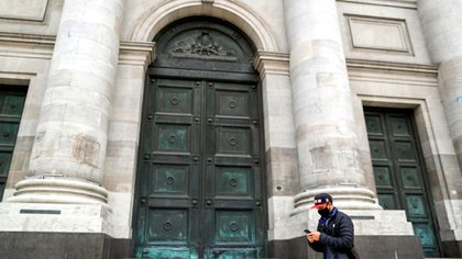 El acuerdo se suscribió entre Hecker y Arroyo, en un acto realizado por Zoom desde la Casa Matriz del Banco Nación y la sede del Ministerio de Desarrollo Social, en la ciudad de Buenos Aires, respectivamente. (Reuters)