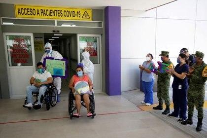 """FOTO DE ARCHIVO: Pacientes que se recuperaron de la enfermedad por coronavirus (COVID-19) se sientan en sillas de ruedas después de ser dados de alta del hospital público """"Tierra y Libertad"""" en Monterrey, México, el 24 de julio de 2020. REUTERS/Daniel Becerril"""