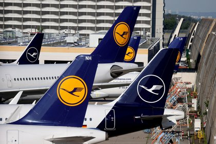 FILE PHOTO: Lufthansa planes are seen parked on the tarmac of Frankfurt Airport, Germany June 25, 2020. REUTERS/Kai Pfaffenbach/File Photo/File Photo