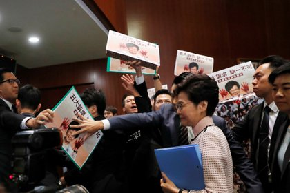 La jefa del ejecutivo de Hong Kon Carrie Lam en su llegada para dar un discurso en el Consejo Legislativo de Hong Kong (REUTERS/Tyrone Siu)