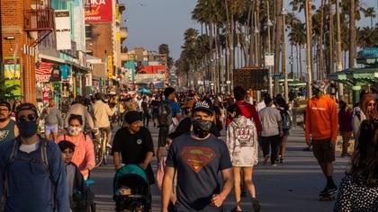 El buen clima y el fin de semana largo a fines de mayo fue una combinación que atrajo multitudes en Californoa (AFP)