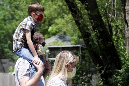Una familia usa máscaras faciales en Topeka, Kansas (REUTERS/Nate Chute)