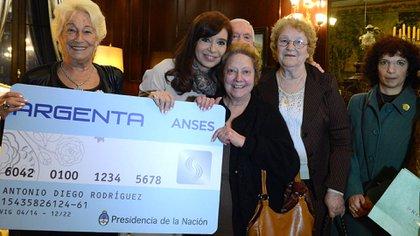 Cristina Kirchner presentando la tarjeta Argenta, en 2014