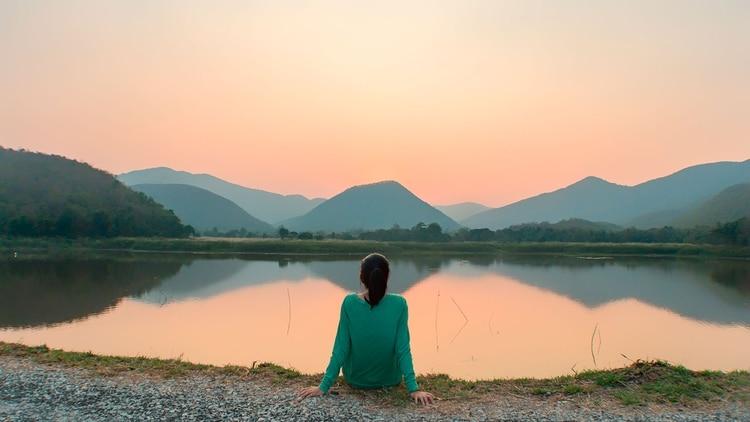 No se trata de analizar el pasado o el futuro ni de detenerse en pensamientos fabulosos o emociones negativas, sino de registrar las sensaciones del presente clarificando hábitos mentales arraigados (Shutterstock)