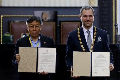 El Zdenek Hrib y Ko Wen-je posan tras la firma del acuerdo de asociación, el 13 de enero de 2020.  (REUTERS/David W Cerny)