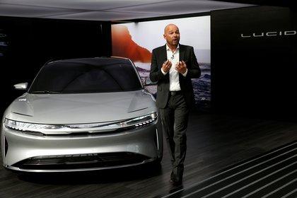 """El vicepresidente de diseño de Lucid Motors, Derek Jenkins, en la presentación de un prototipo del modelo """"Air"""""""