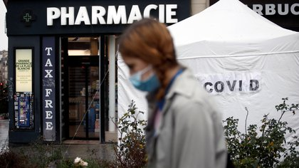 A COVID-19 rapid test center tent is set up in front of a pharmacy in Paris, France, January 14, 2021. REUTERS/Benoit Tessier