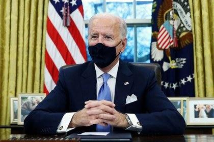 Imagen de archivo del presidente de Estados Unidos, Joe Biden, firmando decretos en la Oficina Oval de la Casa Blanca en Washington, después de su investidura como el presidente 46 de Estados Unidos. 20 de enero, 2021. REUTERS/Tom Brenner/Archivo