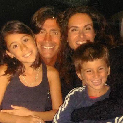 """""""Afortunados mis hijos. ¡Y yo agradecida, papucho!"""", escribió la actriz junto a esta imagen de su familia (Foto: Instagram de Florencia Raggi)"""