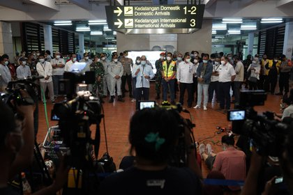 Funcionarios hablan con la prensa en el Centro de Crisis del vuelo SJ 182 en el Aeropuerto Internacional Soekarno-Hatta en Cengkareng, cerca de Yakarta, Indonesia, el sábado 9 de enero de 2021