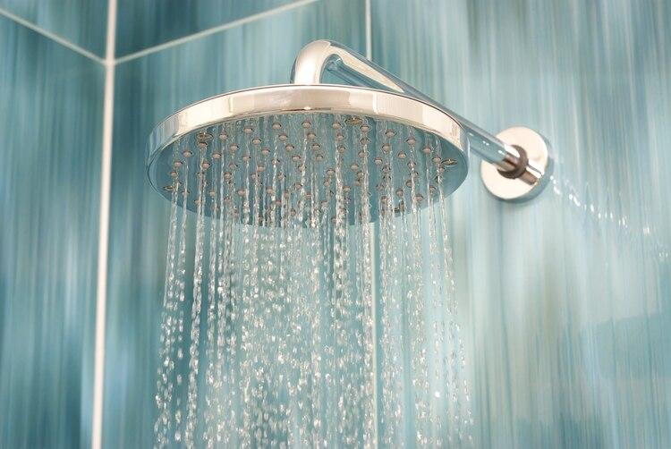Lo cierto es que durante el día la piel va acumulando bacterias y aceite, que usualmente se despojan del cuerpo con ayuda de una ducha. (Shutterstock)