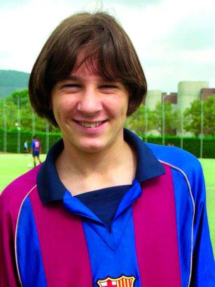 Una de las primeras fotos que Messi se tomó con la camiseta del Barcelona (@FCBarcelona_es)