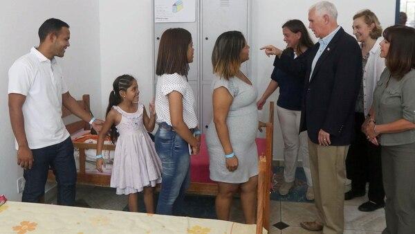 """""""El mensaje que envía el presidente Donald Trump es que los Estados Unidos están con ustedes, camina junto con ustedes"""", le dijo Pence a los venezolanos que escaparon de su país (AFP)"""