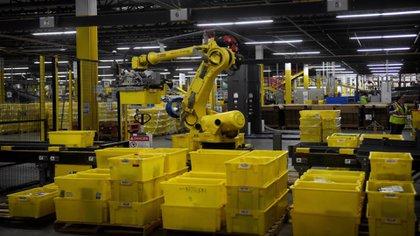 Un robot de seis ejes lleva en su brazo contenedores con las entregas de Amazon (Foto: Reuters)