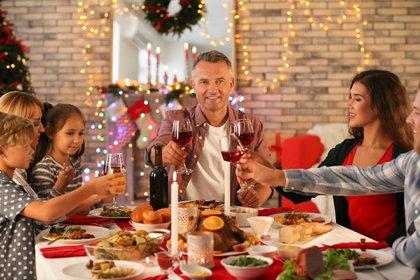 Es importante controlar la comida y bebida a la hora de las grandes cenas (Shutterstock)