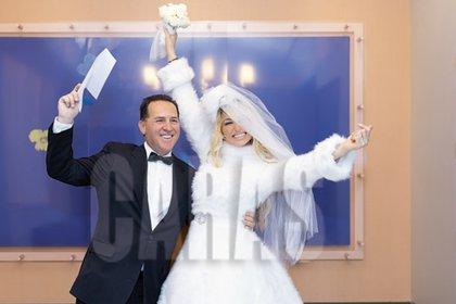 La pareja, feliz después de dar el sí (Crédito: Caras)