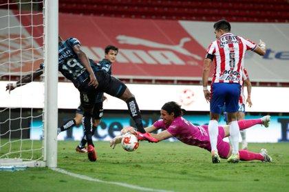 Chivas empató a un gol contra los Gallos Blancos de Querétaro (Francisco Guasco/ EFE)