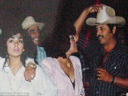 """En 1993, """"La Reina del Pacífico"""" (extrema izquierda) junto al líder del Cártel de Sinaloa """"El Mayo"""" Zambada (extrema derecha). (Foto: Associated Press)"""