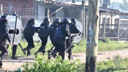 Los efectivos policiales derribaron las casillas y cortaron los alambres con que se delimitaron las tierras ocupadas en el partido de Presidente Perón.
