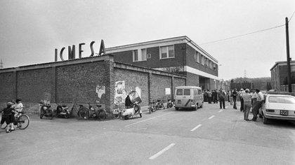 El incendio de la planta ICMESA,subsidiaria de la suiza Hoffman-La Roche, provocó la liberación de una cantidad nunca determinada de un subproducto mortal delpesticida conocido como 2,4,5 T