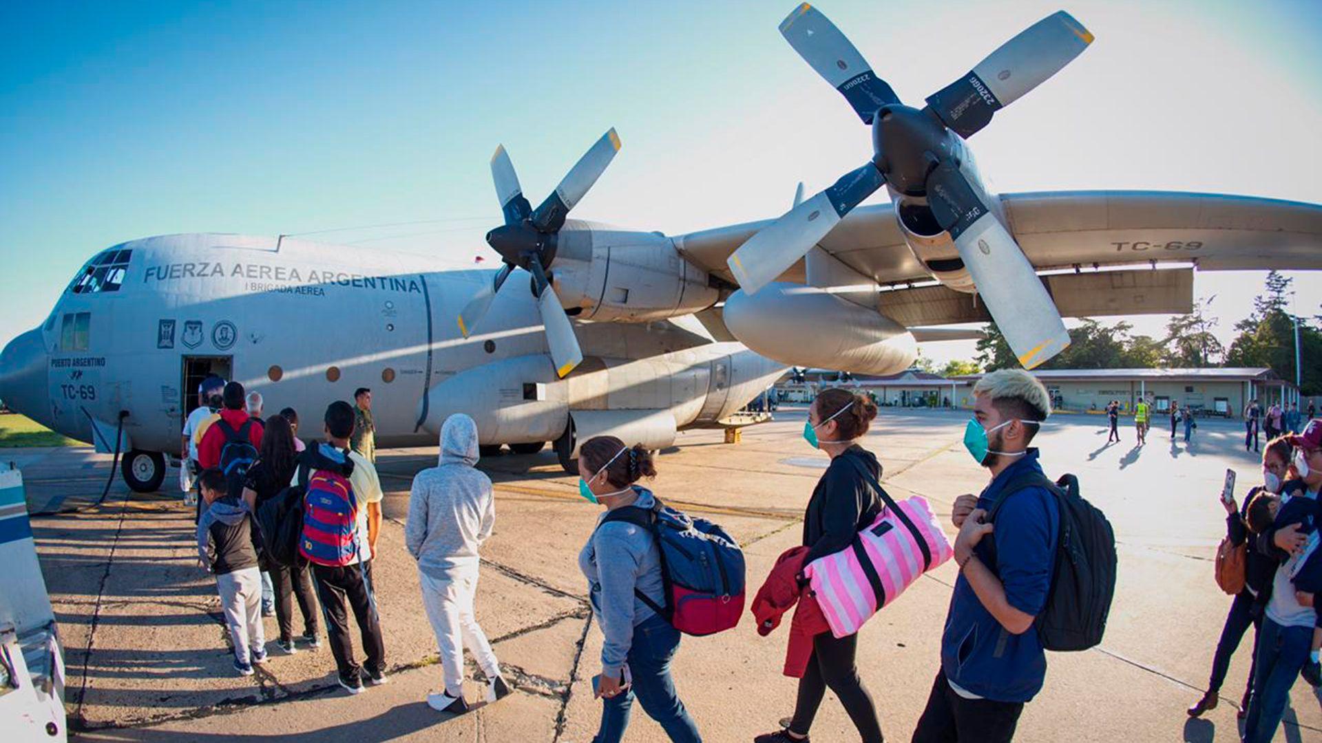 Argentinos ingresando al avión Hércules que fueron parte del primer vuelo organizado por las Fuerzas Armadas (Foto: @RossiAgustinOk)