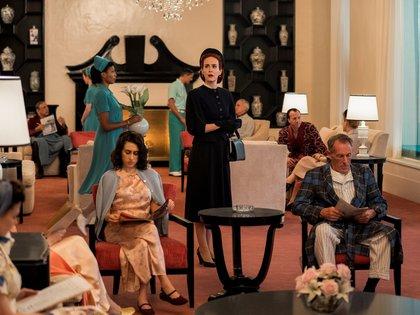 """Fotografía sin fecha cedida por Netflix que muestra a la actriz Sarah Paulson (c), en el episodio 108 de la serie """"Ratched"""". EFE/ Netflix"""