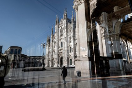 La plaza del Duomo en Milan, desierta, en plena cuarentena, en abril de este año. (Alessandro Grassani/The New York Times)