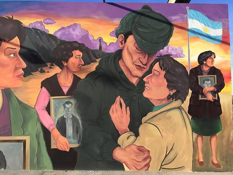 """Una parte del mural """"El regreso"""" en homenaje al Puerto Madryn y los combatientes de la guerra. Las madres con los retratos de sus hijos caídos en combate y la madre que logró abrazarse a un sobreviviente"""