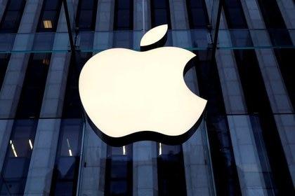Se puede invertir en acciones de Apple y muchas otras de las empresas que cotizan en Wall Street a través de CEDEARS (REUTERS/Mike Segar)