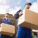 Dos hombres transportando cajas.