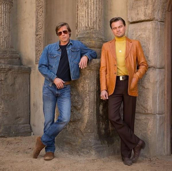 Brad Pitt y Leonardo DiCaprio caracterizados como sus personajes Rick Dalton y Cliff Booth de Once Upon a Time in Hollywood