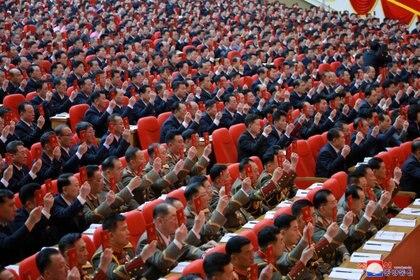Al menos 7 mil personas participaron del 8 ° Congreso del Partido de los Trabajadores en Pyongyang, Corea del Norte para escuchar las palabras del dictador Kim Jong-un y al resto de los jerarcas. A ninguno se le permitió usar mascarillas para prevenir contagio de COVID-19 (Reuters)