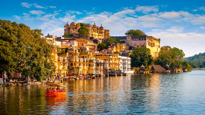 Los visitantes de Udaipur, India, pueden explorar los extravagantes palacios reales de la ciudad, situados en pintorescos lagos artificiales (Shutterstock)
