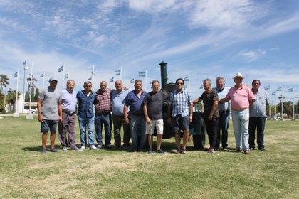 Los veteranos del regimiento 6, se reunieron en la Plaza del Bicentenario, en Navarro, colmada de monumentos dedicados a las islas Malvinas.