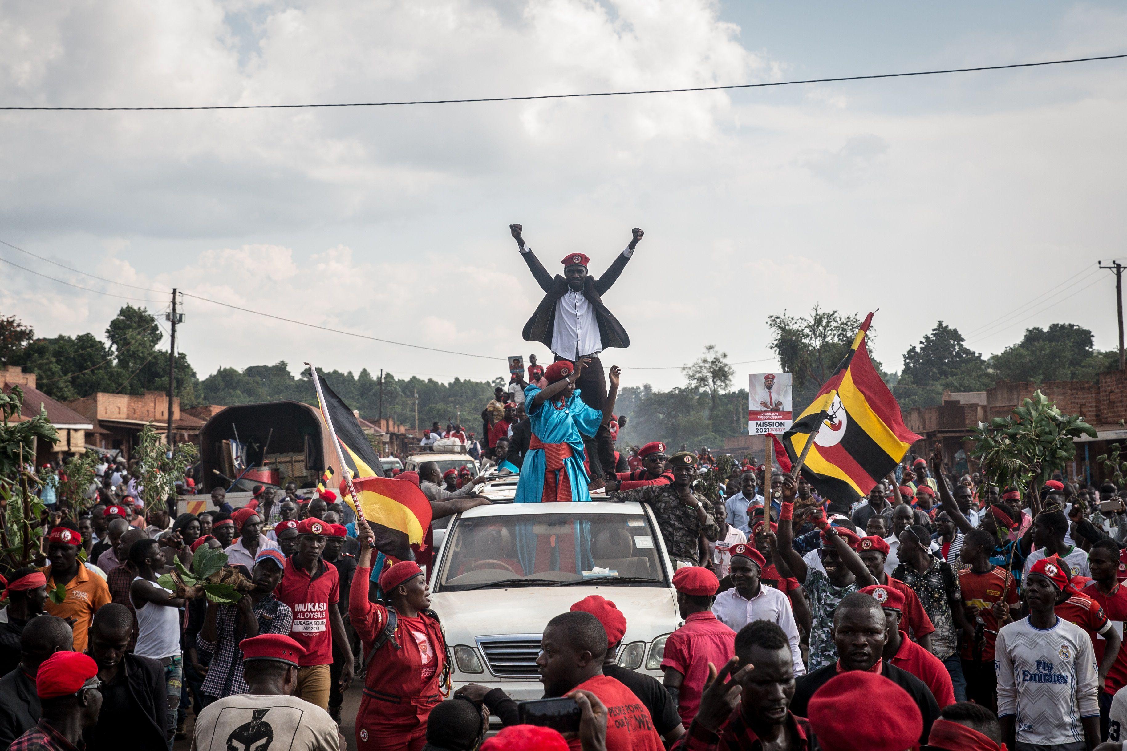 El líder opositor ugandés Robert Kyagulanyi, también conocido como 'Bobi Wine', junto a sus seguidores (Sally Hayden / Europa Press)