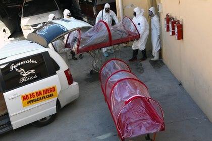 Trabajadaores de una funeraria en Ciudad Juarez, Chihuahua, durante la pandemia Foto: Herika MARTINEZ / AFP
