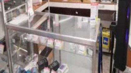 Los ladrones saquearon la tienda y se llevaron celulares y otro productos Foto: (Facebook)