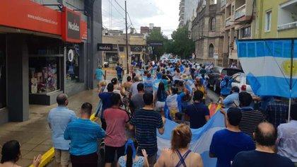 Adultos, jóvenes y chicos flamenado la bandera argentina hicieron oír su postura pro-vida