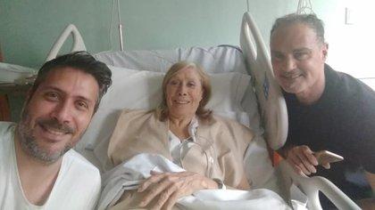 Amelita acompañada por sus hijos, Mariano Garrido y Patricio Scally (Facebook)