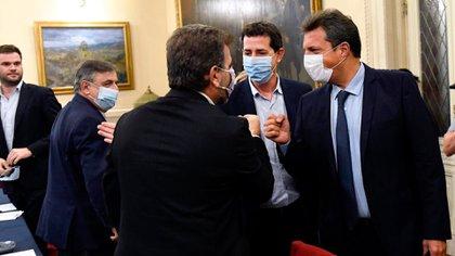 """Juan López, Mario Negri y Cristian Ritondo, con Sergio Massa y Eduardo """"Wado"""" de Pedro, en el encuentro de la semana pasada"""