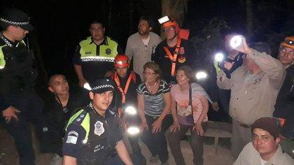 El equipo de rescatistas que encontró a las dos hermanas el martes por la noche (Gentileza: La Gaceta)