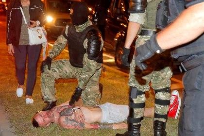 Yevgeny Zaichkin dijo que al menos tres o cuatro agentes de la policía antidisturbios lo habían golpeado en la cabeza y el cuerpo con porras. En un primer momento fue reportado muerto, pero luego dijo que había sobrevivido (REUTERS/Vasily Fedosenko)