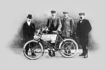 """En 1901 se produjo la primera moto de la marca. """"Tiene un motor Minerva de 1 1/2 HP montado en la parte delantera del cabezal de la dirección. La transmisión final está en la rueda trasera por medio de una correa larga de cuero crudo"""", se detalla en al web de la compañía (Royal Enfield)"""